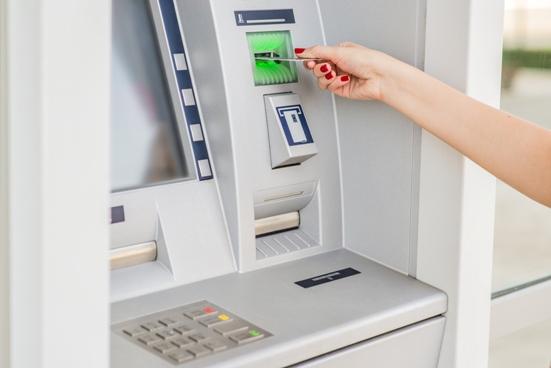 Beim Geldabheben mit der girocard können im Ausland Gebühren entstehen