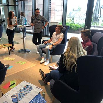Die Teilnehmer im Gespräch über Kundenworkshops für junge Leute