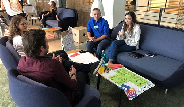 Die Teilnehmer diskutieren über Social Media